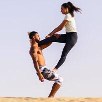 يوغا في قلب الصحراء مع الشمس والرمال للرياضة